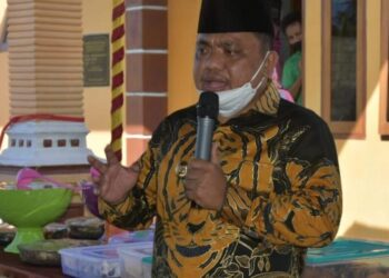 Wakil Bupati Kabupaten Gorontalo, Hendra S. Hemeto, menghadiri sekaligus menyerahkan BLT secara simbolis kepada masyarakat. (Foto : Istimewa).