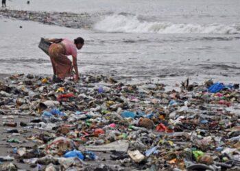 Sampah plastik memenuhi tepihan pantai di Cilincing, Jakarta Utara. ANTARA FOTO/Fakhri Hermansyah
