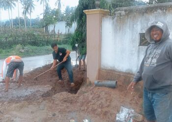 Petugas PDAM Kabupaten Gorontalo, melakukan pekerjaan pengopelan pipa ukuran tiga inci di Wilayah Dutulanaa atas, dan sekitarnya. (Foto : Istimewa).