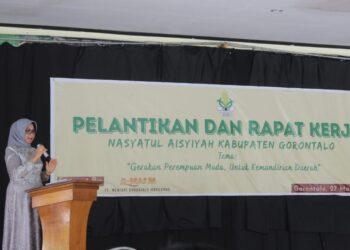 Sekretaris Daerah Kabupaten Gorontalo, Hadijah U Tayeb, ketika menghadiri rapat Nasyatul Aisyah. (Foto : Istimewa).