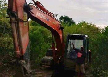 Alat berat tak bertuan di Kawasan Hutan Mangrove Paguat (Foto : Yanto Samarang).