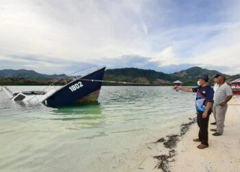 Sekda Boalemo, Sherman Moridu, memastikan kondisi Kapal Todak 02 di Kawasan Pantai Ratu, Kecamatan Tilamuta. (Foto : Istimewa)
