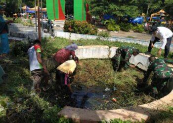 Jajaran Dinas Lingkungan Hidup Bersama Anggota Kodim 1314 Gorontalo Utara dan Organisasi Paguyuban Melakukan Pembersihan Lingkungan di Lokasi Ruang Terbuka Hijau (RTH) Kabupaten Gorontalo Utara, Jumat (19/03/2021). Foto: Istimewa