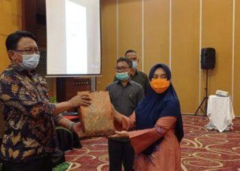 Kadinkes Provinsi Gorontalo dr. Yana Yanti Suleman, SH., saat menghadiri Pertemuan Pembahasan Implementasi SPM bidang Kesehatan, di Manado.