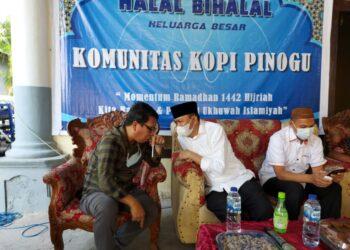 Dr. Ruatam Akili bersama Tokoh Pemuda Gorontalo Umar Karim