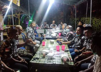 Ketua Bapera Provinsi Gorontalo Santo Liputo, saat memimpin rapat pengurus.
