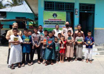 Serdik Indra F Dalimunthe S.H, S.I.K, bersama anak-anak dan pengurus Panti Asuhan Al Hasanah, Suwawa, Kabupaten Bone Bolango.