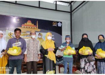 Foto bersama Ketua LKKS Provinsi Gorontalo Idah Syahidah dengan perwakilan penerima bantuan sembako untuk lansia dan kaum disabilitas,  Minggu (18/4/2021). Foto – Rival