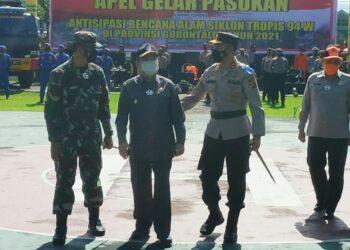 Wagub Gorontalo H. Idris Rahim (tengah) bersama Kapolda Gorontalo Irjen Pol. Akhmad Wiyagus (kanan) dan Danrem 133/Nani Wartabone Brigjen TNI Bagus Antonov Hardito, usai apel gelar pasukan dalam rangka antisipasi bencana alam siklon tropis di Mapolda Gorontalo, Jumat (16/4/2021). (Foto : Gusti)