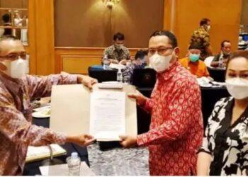 Wabup Gorontalo Utara, Thariq Modanggu menyerahkan sikap akhir Pemkab Gorontalo Utara ke Kemendagri, terkait sengketa batas dengan Buol. (foto:fb)