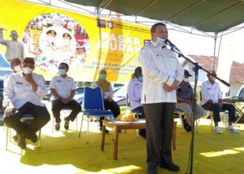 Wakil Gubernur Gorontalo Idris Rahim (depan) saat memberikan sambutan dalam pembukaan pasar murah di desa Talulobutu, Kab. Bone Bolango (Rabu, 21/04/2021). (foto:fadly)