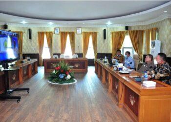 Wagub Gorontalo H. Idris Rahim (kedua kanan) mengikuti rapat koordinasi lintas kementerian/lembaga daan pemerintah daerah dalam rangka upaya penanganan PETI dan pengelolaan pertambangan rakyat yang berlangsung secara virtual di ruangan Huyula Gubernuran Gorontalo, Selasa (30/3/2021). (Foto : Haris)
