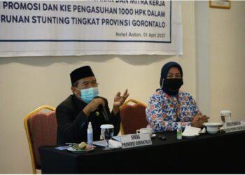Sekretaris Daerah Provinsi Gorontalo Darda Daraba (kiri) saat memberikan sambutan pada sosialisasi dan advokasi bagi pemangku kepentingan dan mitra kerja tingkat Provinsi Gorontalo, Kamis (1/4/2021) di Hotel Aston, Kota Gorontalo. (Foto: Nova – Kominfo).