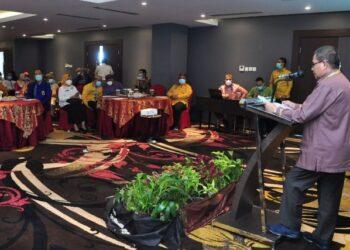 Wagub Gorontalo H. Idris Rahim memberikan sambutan pada sosialisasi Satu Data Indonesia di Hotel Aston, Kota Gorontalo, Kamis (1/4/2021). (Foto : Haris)