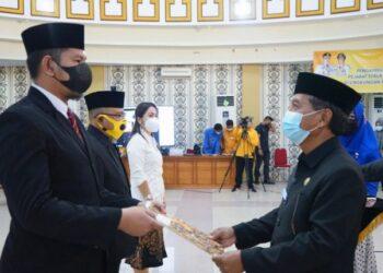 Sekretaris Daerah Provinsi Gorontalo Darda Daraba (kanan) saat menyerahkan SK pelantikan kepada pejabat fungsional di ruang Dulohupa Kantor Gubernuran, Kamis (1/4/2021). Foto: Nova – Kominfo.