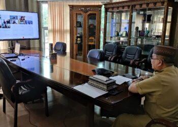 Wagub Gorontalo H. Idris Rahim memberikan sambutan pada pembukaan Rakerda BKKBN Provinsi Gorontalo yang berlangsung secara virtual di ruang kerjanya di Gubernuran Gorontalo, Senin (5/4/2021). (Foto : Gusti)