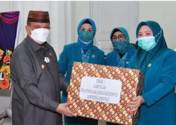 Wagub Gorontalo H. Idris Rahim (kirim) menyerahkan hadiah kepada pemenang pertama lomba PKK KKBPK Kes pada peringatan HKG PKK ke-49 Tingkat Provinsi Gorontalo di gedung Belle Li Mbui, Kota Gorontalo, Rabu (7/4/2021). (Foto : Haris)