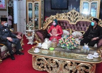 Komisioner Komisi Informasi Pusat (KIP) Bidang Advokasi, Sosialisasi, dan Edukasi, Wafa Patria Umma (tengah), berbincang dengan Wagub Gorontalo H. Idris Rahim (kiri) di rumah jabatan Wagub Gorontalo, Jumat (9/4/2021). (Foto : Haris)