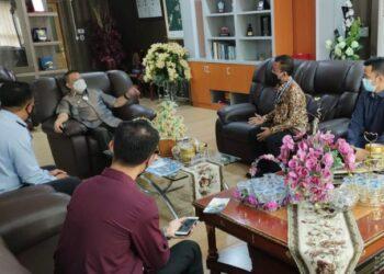 Wagub Gorontalo H. Idris Rahim (tengah) menerima audiensi Kepala Bapas Kelas II Kemenkumham Provinsi Gorontalo di ruang kerjanya di Gubernuran Gorontalo, Kamis (8/4/2021). (Foto : Gusti)