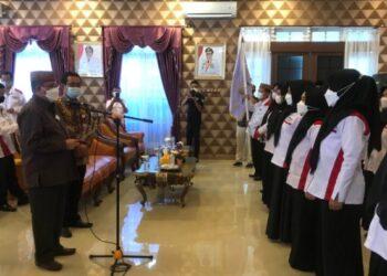 Capt : Wakil Gubernur Idris Rahim mengukuhkan pengurus Forum Perpustakaan Sekolah Madrasah Indonesia (FPSMI) Provinsi Gorontalo di aula rumah dinas wakil gubernur, Sabtu (10/4/2021). Pengurus FPSMI ini telah terbentuk pada awal Januari 2021.(Foto: Roman)