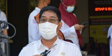 Sekretaris Dinas Kesehatan Provinsi Gorontalo Drs. Janni Kiai Demak, M. Ec. Dev., saat diwawancarai pada pemberangkatan Tim Pelayanan Kesehatan Bergerak (PKB) menuju daerah terpencil Desa Saritani Kabupaten Boalemo, Rabu (07/04/2021) di halaman Kantor Dinas Kesehatan Provinsi.