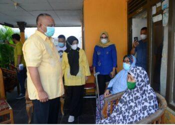 Gubernur Gorontalo Rusli Habibie (kiri) bersama istri Idah Syahidah (tengah) saat meninjau korban kebakaran di Jalan Sultan Botutihe, Kelurahan Tamalate, Kota Timur, Kota Gorontalo, Kamis (22/04/2021). Foto : Salman