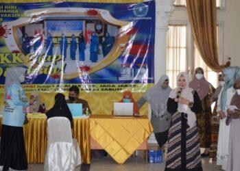Ketua TPKK Provinsi Gorontalo saat memberikan sambutannya pada pelaksanaan vaksinasi yang dilakukan oleh TPKK bekerjasama dengan Dinas Kesehatan Provinsi Gorontalo bagi masyarakat umum dan kerabat dekat anggota TPKK, Jumat (23/4/2021).