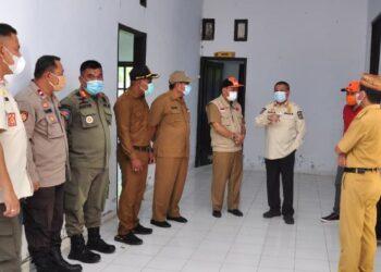 Wagub Idris Rahim (ketiga kanan), meninjau ruangan Balai Kemitraan Polisi dan Masyarakat yang akan digunakan untuk posko perbatasan di Kecamatan Bone, Kabupaten Bone Bolango, Selasa (27/4/2021). (Foto : Haris)