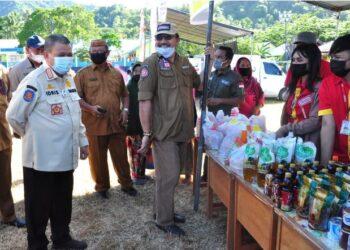 Wagub Gorontalo H. Idris Rahim (kiri), meninjau pelaksanaan pasar murah yang digelar Pemprov Gorontalo di lapangan Bilungala, Kecamatan Bone Pantai, Kabupaten Bone Bolango, Selasa (27/4/2021). (Foto : Haris)