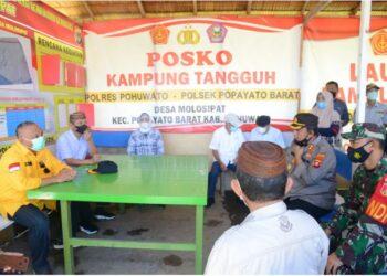 Gubernur Gorontalo Rusli Habibie (kemeja kuning) bersama Bupati dan Wakil Bupati Pohuwato saat meninjau poskoh pemeriksaan untuk larangan mudik lebaran yang ada di perbatasan Sulawesi Tengah – Gorontalo,  Sabtu (24/04/2021). (Foto: Salman)