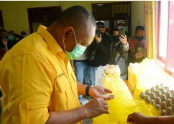 Gubernur Rusli Habibie mengecek kualitas beras untuk bantuan pangan kepada warga terdampak COVID-19 di Kabupaten Boalemo, Minggu (25/4/2021). (Foto : Salman)