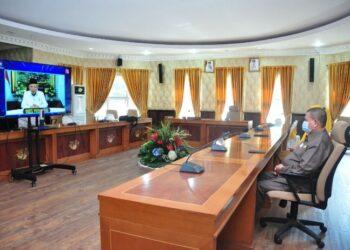 Wagub Gorontalo H. Idris Rahim mengikuti peringatan Hari Otonomi Daerah ke-25 secara virtual di ruangan Huyula Gubernuran Gorontalo, Senin (26/4/2021). (Foto : Haris)