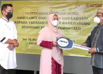 Serah terima kunci mobil ambulance secara simbolis dari perwakilan Kementrian Agama Provinsi Gorontalo kepada Pembinaan Yayasan Ummu Syahidah, Idah Syahidah, Sabtu (17/4/2021). Foto – Adlan