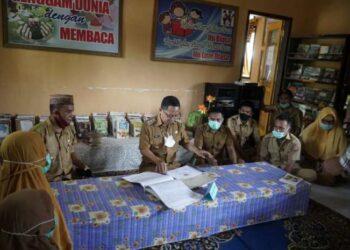 Wakil Bupati Gorontalo Utara, Thariq Modanggu Melakukan Peninjauan di Perpustakaan Desa Huidu Melito, Kecamatan Kwandang, Kabupaten Gorontalo Utara, Senin (05/04/2021). Foto: Pipit Humas