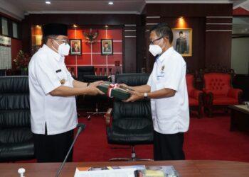 Wali Kota Blitar,  Santoso, menerima 14 sertifikat aset Pemkot Blitar dari Kepala BPN Kota Blitar, di Ruang Kerja Wali Kota Blitar. Rabu, (31/03/2021). (Foto : Istimewa).