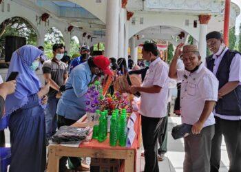 Kadis Pangan Boalemo, Syafrudin K. Lamusu, berada di lokasi Gelar Pangan Murah (GPM). (Foto : Istimewa).