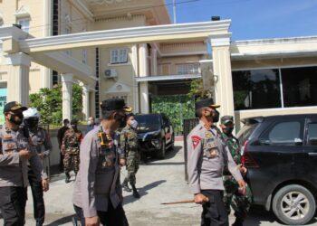 Kapolda Gorontalo saat memastikan keamanan gereja di Kota Gorontalo