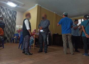 Situasi di luar ruangan tempat persidangan sengketa Pilkades Kabupaten Gorontalo. (Foto : Istimewa).