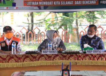 Wakil Bupati Pohuwato, Suharsi Igirisa bersama Wakil Bupati Kabupaten Gorontalo, Hendra Hemeto, saat menghadiri LATGAB BPBD Gorontalo dan Pohuwato. (Foto : istimewa).