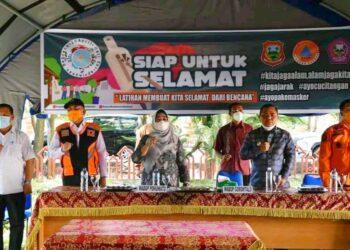 Wakil Bupati Kabupaten Gorontalo, Hendra Hemeto (dua dari kanan), menghadiri dan menyaksikan langsung latihan bersama yang digelar antara BPBD Kabupaten Pohuwato dan BPBD Kabupaten Gorontalo, di Pohuwato. (Foto : Istimewa).