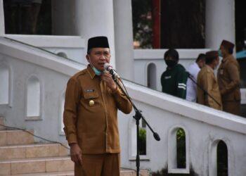 Plt Bupati Kabupaten Boalemo, Ir. Anas Jusuf, M.Si, ketika memimpin Apel Awal Bulan di Lapangan Alun-alun Tilamuta. (Foto : Humas).