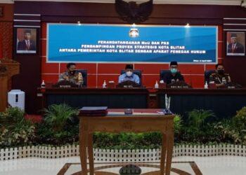Wali Kota Blitar, Santoso, bahas proyek strategis, sekaligus menandatangani perjanjian kerja sama dengan Aparat Penegak Hukum (APH) Kota Blitar. (Foto : Istimewa)