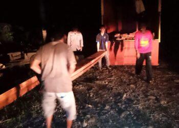 Polsek Paguat, ketika mengamankan Kayu hasil pembabatan liar di Desa Karya Baru, Kecamatan Paguat. (Foto: istimewa)