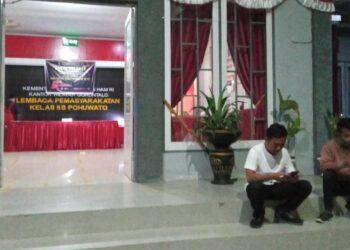 Tampak 2 wartawan yang tak diizinkan masuk melakukan peliputan langsung penggeledahan di Lapas Pohuwato. (Foto : Istimewa).