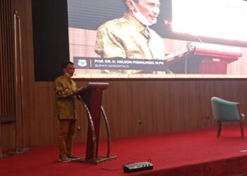 Bupati Kabupaten Gorontalo, Nelson Pomalingo ketika menutup kegiatan Bimtek Aplikasi e-Data di Manado. (Foto : Istimewa)