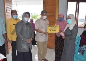 Pemkab Pohuwato menyerahkan dana BLT Kepada Masyarakat Desa Trikora, Kecamatan Popayato. (Foto: Humas).