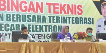 Sekda Kabupaten Gorontalo, Hadijah U Tayeb, ketika memberikan arahan pada pelaksanaan Bimtek Perizinan Berusaha Terintegrasi Online. (Foto : Istimewa)