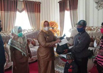 KPA Pohuwato kembali menyerahkan bantuan berupa paket sembako untuk ODHA. (Foto : Humas)