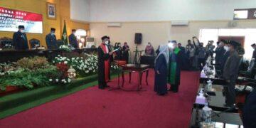 Prosesi pengambilan sumpah dan janji Elly Hidayah Vitnawati resmi menjabat sebagai Wakil Ketua DPRD Kota Blitar, di gedung graha paripurna pada Senin (12/4/2021).  (Foto: Istimewa).