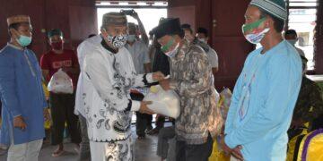 Penyerahan paket Ramadan yang diserahkan secara simbolis oleh Bupati Pohuwato, Saipul Mbuinga. (Foto : Humas)